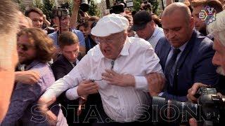 Жириновский бросался на людей и метал ботинки на акции Навального в Москве против пенсионной реформы