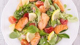 Теплый салат из морепродуктов с лососем и креветками