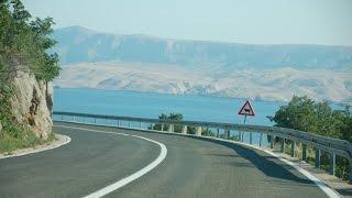 preview picture of video 'Senj, kręta droga dojazdowa między górskimi pasmami oraz nabrzeże jachtowe. Chorwacja. Dalmacja.'