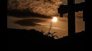 На далеком холме старый крест виден мне