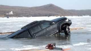 Машина провалилась под лед. Владивосток о.Русский, бухта Новик