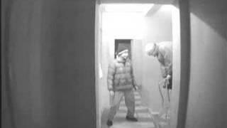 Скрытая камера: Два дурака выкручивают лампочку