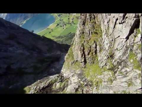קפיצה בחליפת דאייה מעל פיורד בנורבגיה