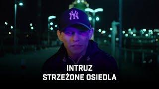 Kadr z teledysku Strzeżone osiedla tekst piosenki Intruz