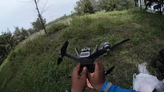 Nerbangin Drone MJX Bugs B20 EIS di Dekat Orang Nerbangin Burung Dara