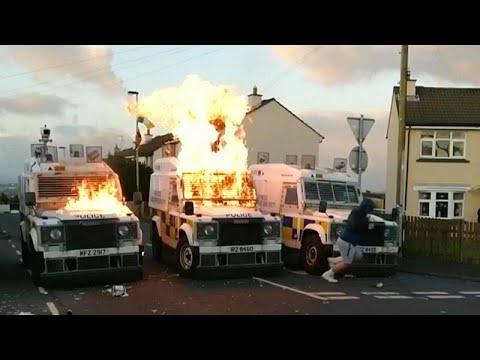 العرب اليوم - شاهد: شباب يلقون عشرات القنابل الحارقة على الشرطة في إيرلندا الشمالية