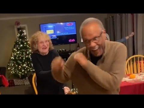 זוג מבוגר מפגין יכולות ריקוד מדהימות