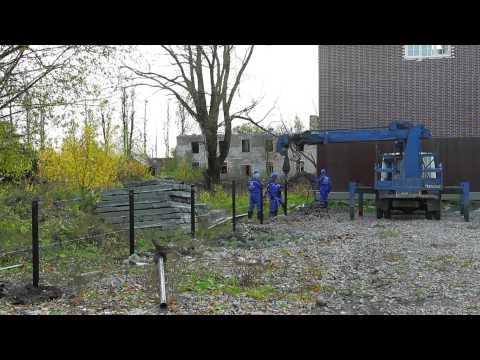 Механический монтаж винтовых свай «Фундэкс» под ограждение