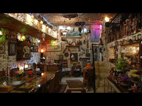 العرب اليوم - شاهد: لبناني يبني منزلاً لضيافة الغرباء فيتحول إلى مَعلم سياحي
