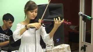 Девушка шикарно играет на скрипке и мило поет