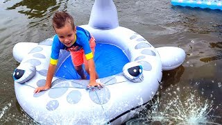 ОЧЕНЬ Смешные Гонки в воде на АКУЛАХ, БАССЕЙНАХ, ЗМЕЯХ И МАТРАСАХ. Попали под дождь Видео для детей.