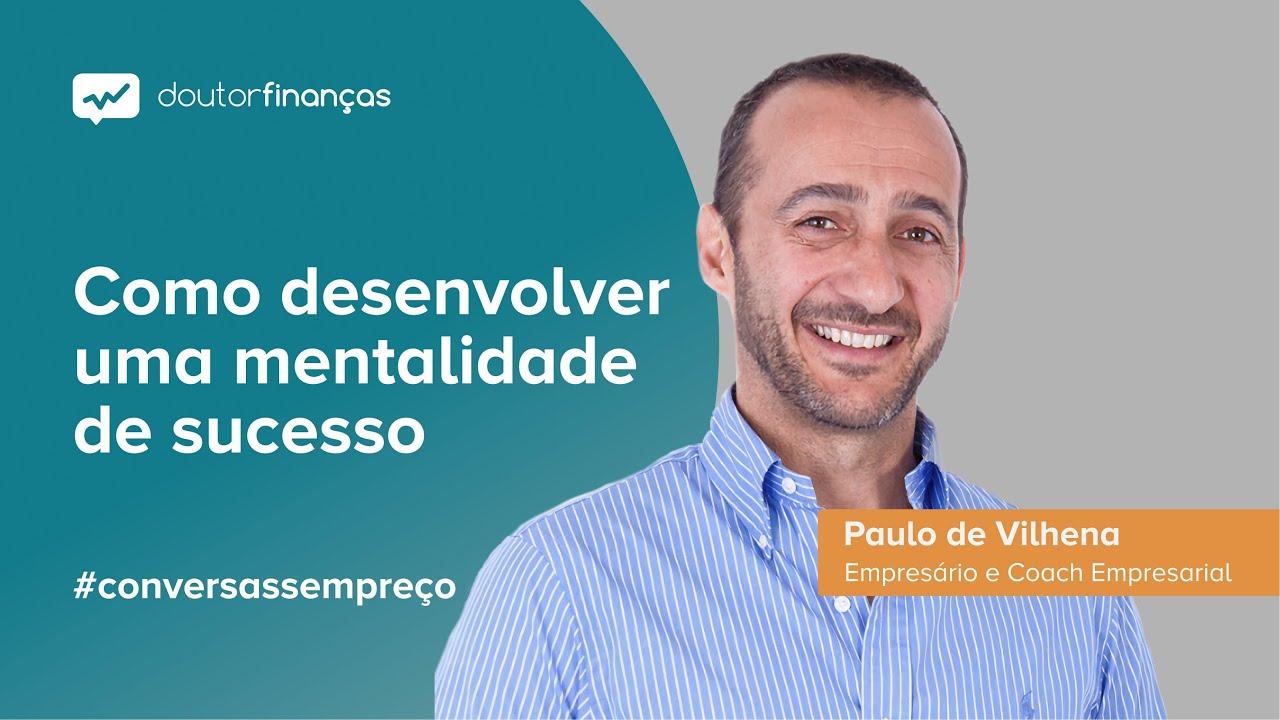 Imagem de um smartphone onde se vê o programa Conversas sem Preço com a entrevista a Paulo de Vilhena, empresário e coah empresarial, fundador da Paulo de Vilhena Business Excelerators
