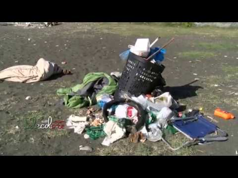 Temperature ancora estive, segnalati rifiuti sulla spiaggia di Torrione a Salerno