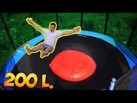 Was passier wenn man auf eine 200L Wasserbombe auf einen Trampolin drauf springt ?