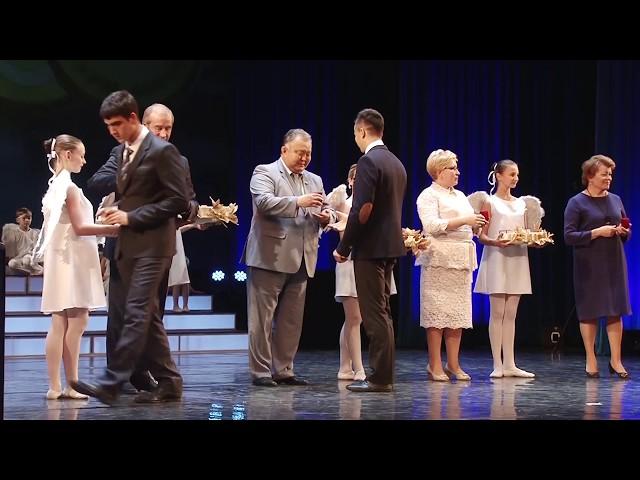 Губернатор вручил медали выпускникам-отличникам