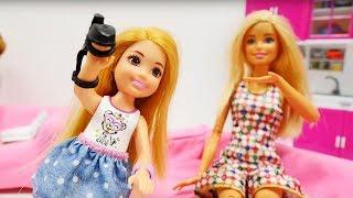 Muñecas Barbie juegan al escondite. Vídeos para niñas.