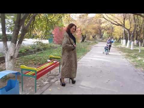Elena - megahohe Pumps im Park (high-heels outdoor)