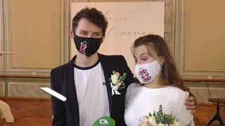 У Харкові закохані одружилися в масках