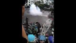 preview picture of video '四川什邡钼铜厂事件:武警在对峙发射催泪弹,冲击民众(1)'