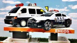 はたらくくるま トミカ プラレール パトカーがガソリンスタンドの屋根から降りられなくなった!新幹線のドクターイエロー達が助けるよ!Gizmone
