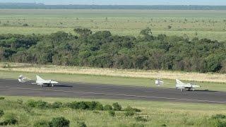 preview picture of video 'Mirage V aterrizaje en formación y movimientos en tierra - Fuerza Aerea Argentina'
