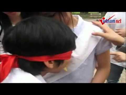 Bá đạo trò chơi ăn bim bim trên ngực nữ sinh của teen Việt