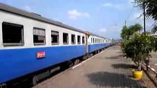 preview picture of video 'タイのブルートレイン Trangに到着した急行83列車'