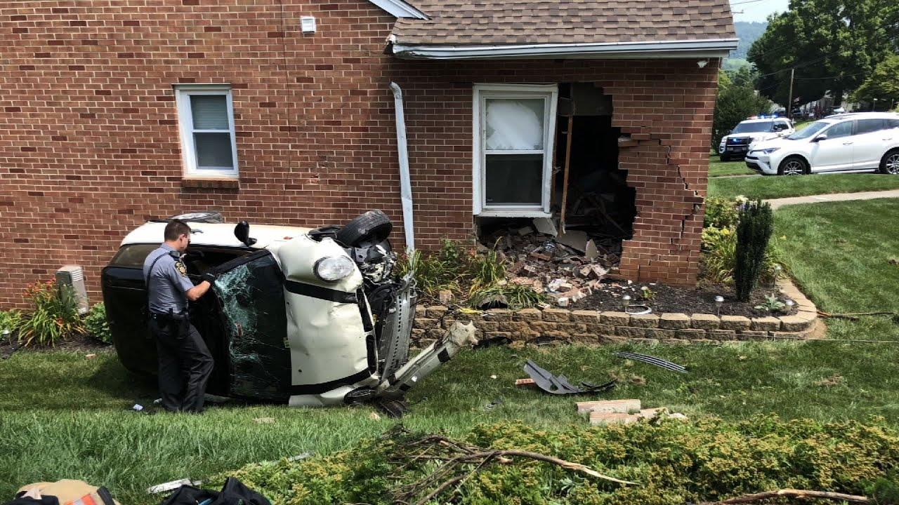 Уходя от полиции, водитель Mini Cooper врезался в дом в США