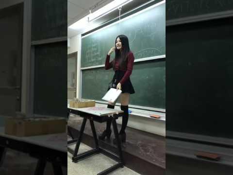 妹老師超短裙教英文 一拉膝上襪引暴動