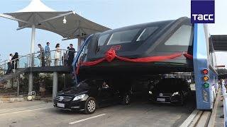 Автобус, который проезжает над пробками, вышел на тестовый маршрут в Китае
