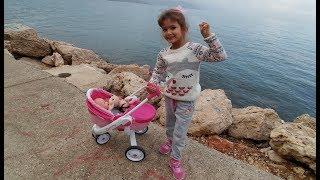 ELİF LALA BEBEK İLE DENİZ KENARINDA GEZME KEYFİNDE, Eğlenceli çocuk videosu