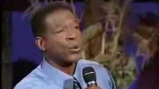 Charles Haugabrooks canta Sweet Little Jesus Boy