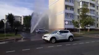 СТОЛБ ВОДЫ 10 МЕТРОВ УНИЧТОЖАЕТ АВТОМОБИЛИ
