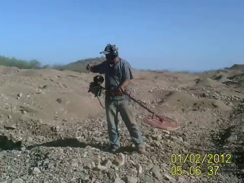 Buscando pepitas de oro en el desierto de Sonora, Mexico
