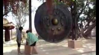 preview picture of video 'Thailand: Der größte stehende Buddha Thailands in Roi Et.'