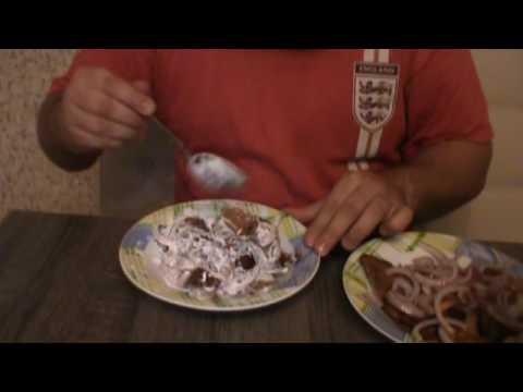 Соленые грибы со сметаной, маслом и луком