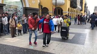 Disfrutando y bailando en Peru