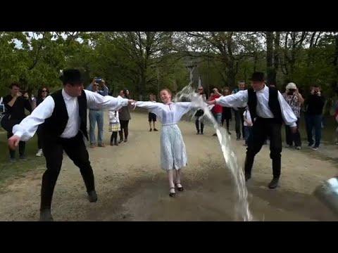 العرب اليوم - شاهد: رش الفتيات بالمياه لزيادة خصوبتهن