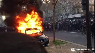В Париже протестующие жгут машины и стреляют в полицейских