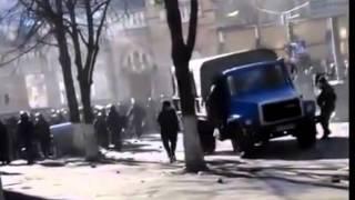 Смотреть онлайн Грузовик Урал врезается в строй милиции