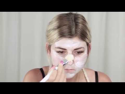 La technique du massage de la personne de vidéo contre les rides