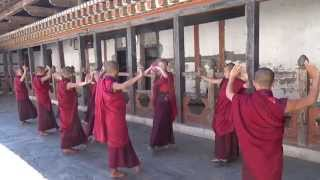 preview picture of video 'cotravel Reise Bhutan: Mönche in Eundu Chholing'