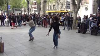 Смотреть онлайн Как интересно танцуют на улицах Грузии