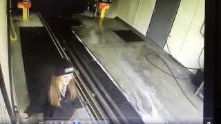 بالفيديو: كهل يقتحم محطة لغسيل السيارات ويدمر محتوياتها بسيارته