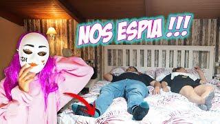 LA FAN LOCA NOS ESPIA 24 Horas Debajo De La Cama !!