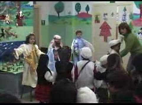 Niños de preescolar cantando villancicos