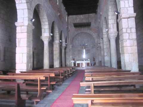 Ein Fresko im Innern des Gotteshauses stellt den Namen gebenden frühchristlichen Märtyrers San Simplicio, dar, dem ersten Bischof von Olbia.