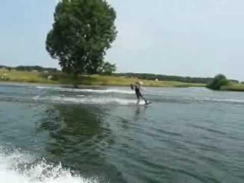 Duo wakeboarden op de Maas in Cuijk