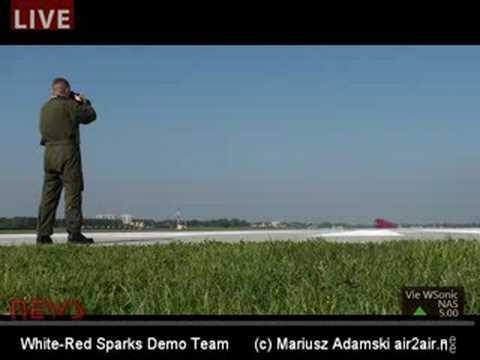 Niski przelot pilota Biało - Czerwonych Iskier