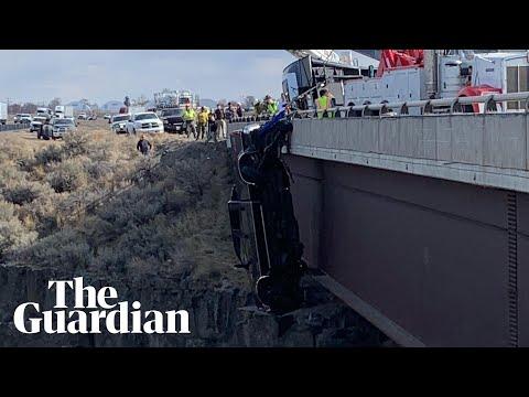 إنقاذ شخصين من شاحنة تتدلى من جسر في أمريكا